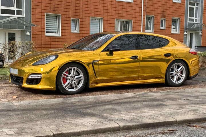Dieser Goldfolien-Porsche wurde von der Hamburger Polizei aus dem Verkehr gezogen.
