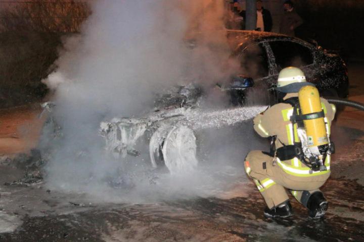 Die BMW-Limousine wurde durch das Feuer zerstört.