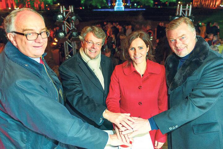 Park-Boss Christian Striefler, Veranstalter Peter Schwenkow, Sachsens First Lady Annett Hofmann und Opernstar René Pape (v.l.) knipsen das Licht an.
