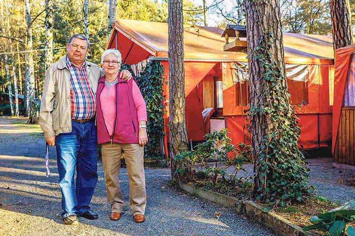 """Seit 1965 sind Christa (73) und Bernd Machui (76) aus Dresden auf dem Platz: """"Wenn andere in den FDGB-Urlaub fuhren, waren wir hier."""" Auch Sohn Steffen wurde hier groß. """"Wir konnten ihn immer im Schlauchboot auf dem See beim Baden beobachten."""""""