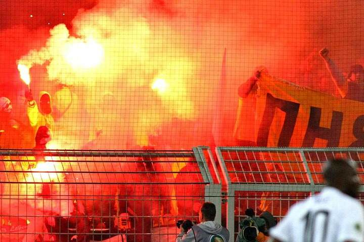Zahlreiche Dynamo-Anhänger waren mit nach Dortmund gereist, sorgten für großartige Stimmung eine umstrittene Pyro-Show.