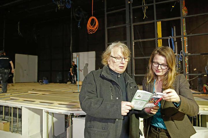 Kabarettchef Wolfgang Schaller (76) und Kulturbürgermeisterin Annekatrin  Klepsch (39, Linke) studieren im neuen Saal das Programmheft der  Herkuleskeule.