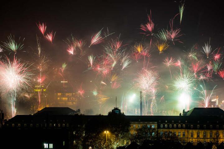 Feuerwerk an Silvester am Himmel in Stuttgart.