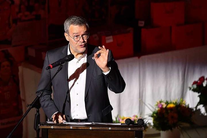 Jörg Dittrich bei seiner Rede. Der DSC-Vorstands-Chef freute sich, dass gestern Abend zwei Sponsoren jeweils 10.000 Euro spendierten und OB Dirk Hilbert 5000 Euro versprach.