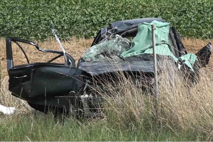 Der Kleinwagen schanzte über eine Leitplanke und überschlug sich mehrfach.