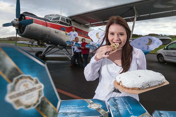 """Die """"Anna"""" steht zum Transport bereit: Stollenengel Nele (17) und ihre Helfer  beladen das Flugzeug symbolisch mit Stollen, die mittlerweile in die ganze Welt  verschickt werden."""
