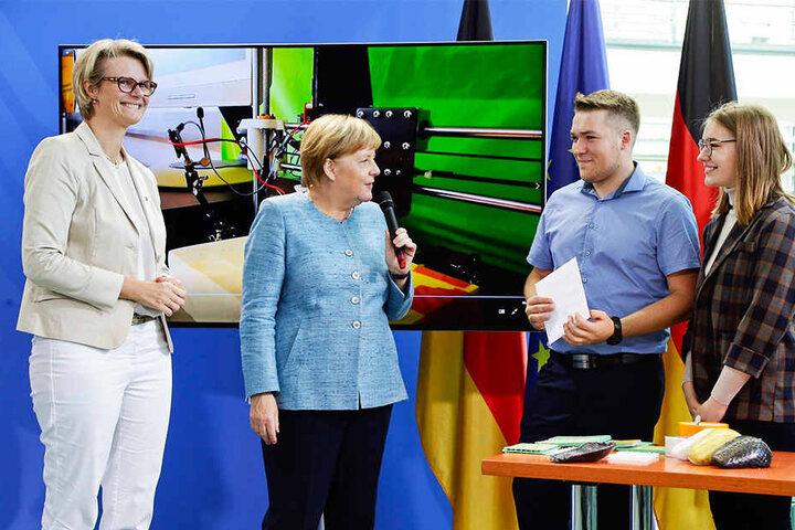 """Die Sieger des Bundeswettbewerbs """"Jugend forscht"""" wurden in Berlin von Kanzlerin Angela Merkel (64, CDU) empfangen."""