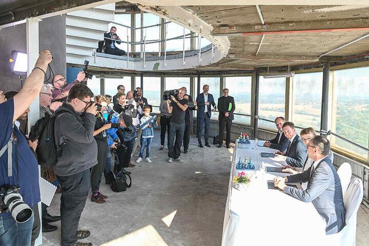 Unterschrift in 145 Metern Höhe: Vertreter des Eigentümers (v.l.), des Bundes, des Landes und der Stadt unterzeichnen die gemeinsame Erklärung zum weiteren Vorgehen.