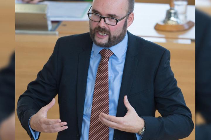 """""""Mädchen und Jungen, die sexuelle Gewalt erleben, benötigen dringend kompetente Ansprechpersonen, die ihre Signale erkennen und wissen, was sie im Verdachtsfall zu tun haben"""", so Kultusminister Christian Piwarz (CDU)"""