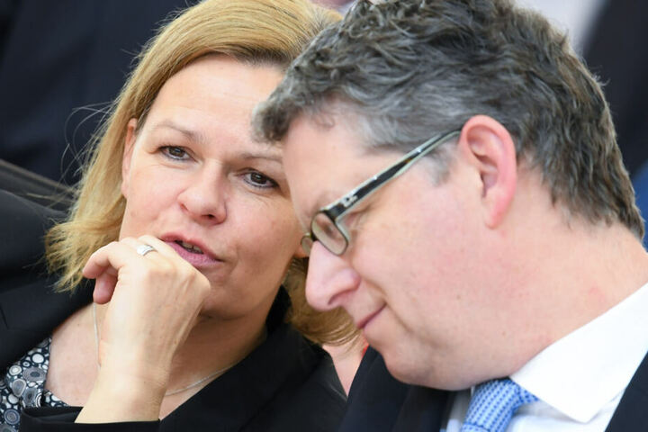 Faeser und der Fraktionsvorsitzende Thorsten Schäfer-Gümbel unterhalten sich am 02.04.2019 während der Plenarsitzung des Hessischen Landtags miteinander.