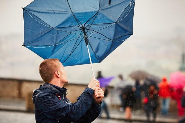 Der Regenschirm wird Euch auch in den nächsten Tagen um die Nase wehen.
