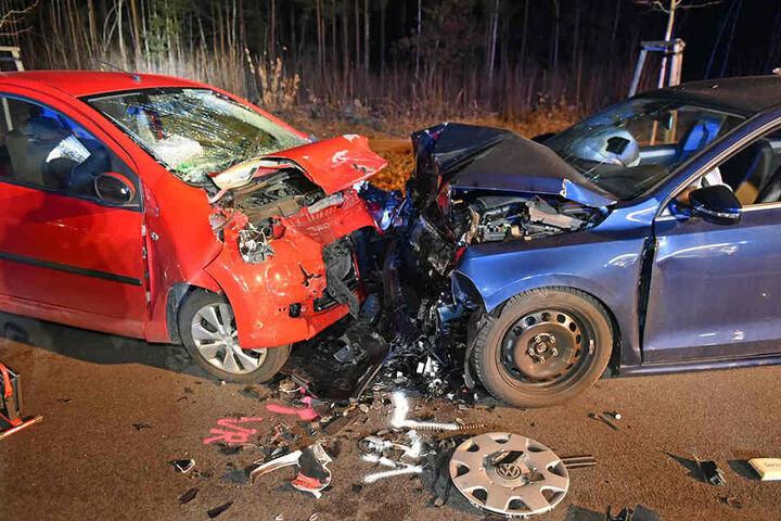 Die Fahrerin des roten Citroen verstarb noch am Unfallort, die andere wurde schwer verletzt.