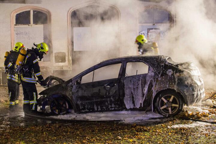 Die Feuerwehr konnte ein Übergreifen der Flammen auf den Bahnhof verhindern.