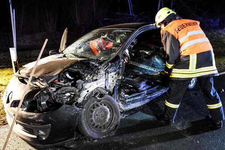 Ein Feuerwehrmann beim Unfallwagen.