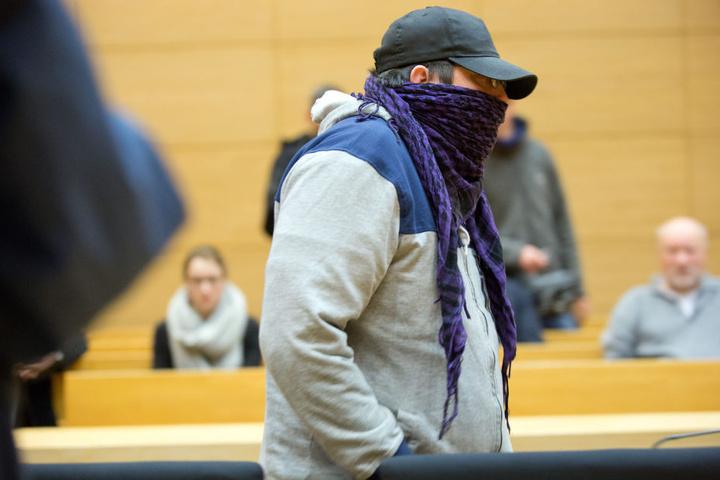 Der Angeklagte Mario V. geht am 28.02.2017 im Gerichtssaal in Bielefeld zu seinem Platz.