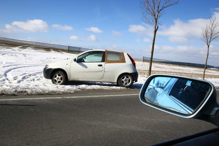 Das hintere Fenster auf der Fahrerseite ist kaputt und nur notdürftig repariert.