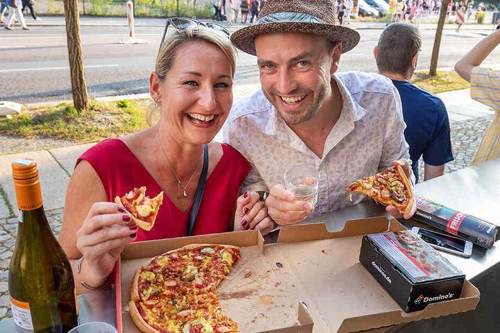 Steffi und Thomas (beide 38) sind extra aus Berlin angereist, um Roland Kaiser zu sehen. Vor dem Konzert haben sie sich eine Hot-Dog-Pizza an die Hartmannstraße liefern lassen.