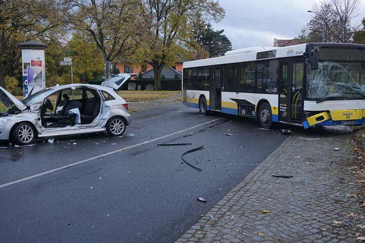 Laut Polizei hatte der Fahrer des Pkws den Linienbus übersehen.