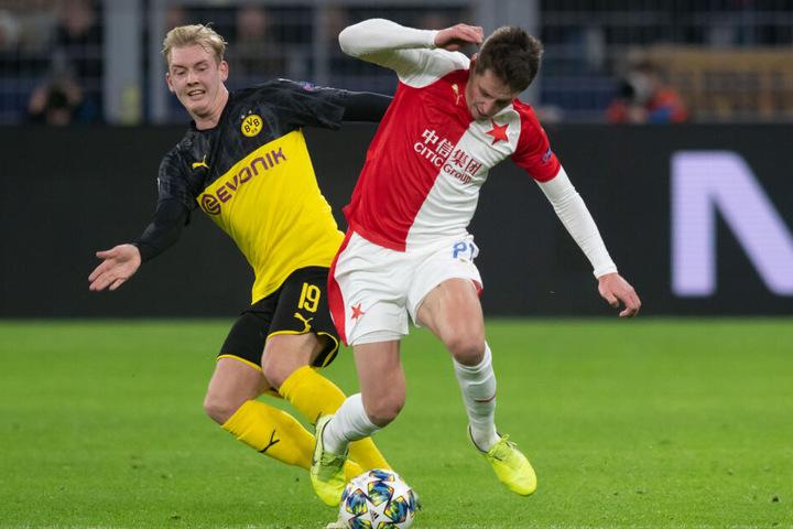 Dortmunds Julian Brandt und Lukas Masopust von Prag versuchen an den Ball zu kommen.