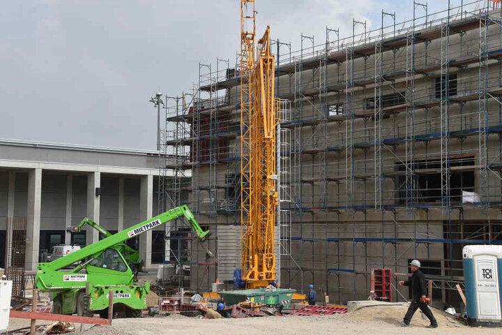 Am Pier Nord des zukünftigen Hauptstadtflughafens Willy Brandt wird an den Erweiterungbauten gearbeitet.