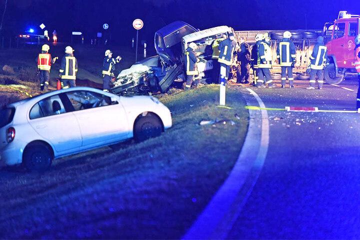 Ein Truck geriet auf rutschiger Bundesstraße ins Schleudern. Drei Autos aus dem Gegenverkehr landeten im Straßengraben.