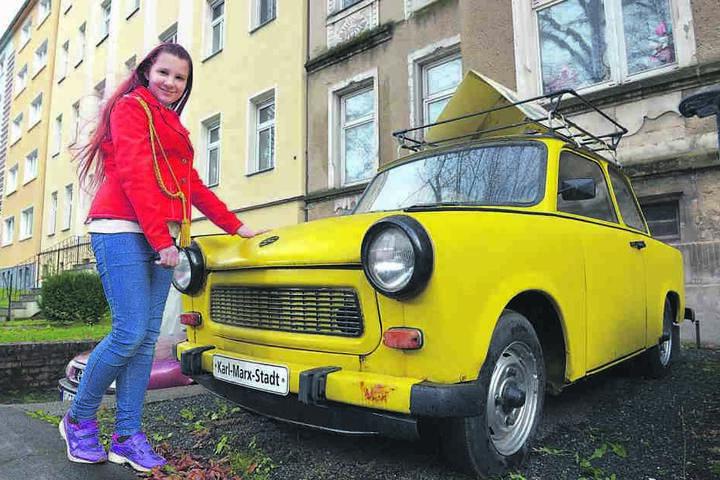 Viele wollten ihn, nicht jeder bekam ihn - den Trabant. Auch dieses gelbe Exemplar aus der Sammlung von Heidi Dentler (54) - hier mit Enkelin Saskia (11) - kommt unter den Hammer.