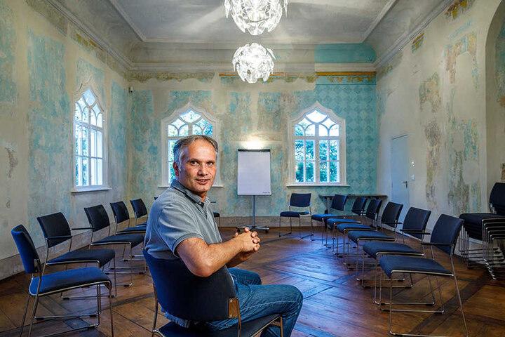 """Klaus Dilcher (53) ließ das """"Waldschlösschen"""" penibel genau sanieren. Zum Tag des offenen Denkmals öffnet er die Tore - und zeigt auch den """"großen Saal"""" (F.)"""