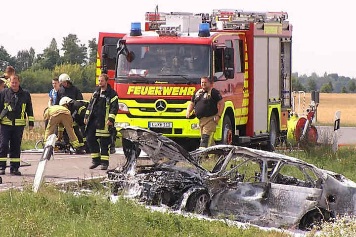 Das Unfallauto landete im Feld, brannte komplett aus.