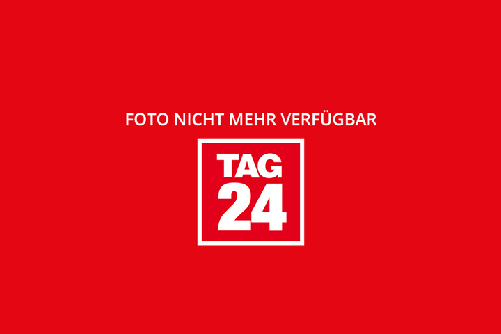 Stadtsprecher Kai Schulz informierte über den aktuellen Stand. Das Haus Großenhainer Straße (hinter ihm) wird wohl keine Asylunterkunft.