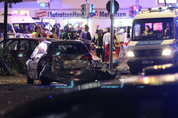 Polizei und Feuerwehr sperrten den Kreuzungsbereich ab.