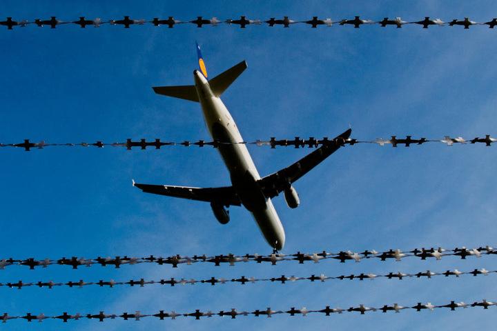 Strobl fordert ausreichend Hafträume an Flughäfen. (Symbolbild)