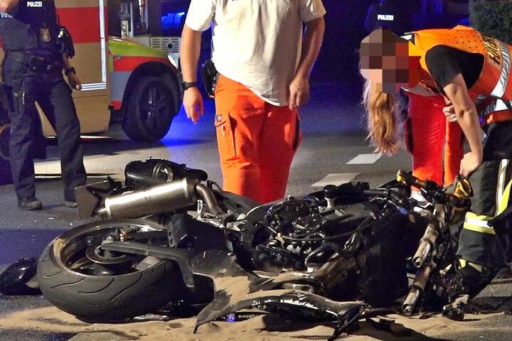 Ein Motorradfahrer erlitt bei dem Crash lebensgefährliche Verletzungen.