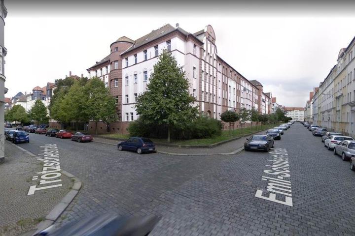 Als er von der Trötzschel- in die Emil-Schubert-Straße rannte, wurde der Chemie-Anhänger von hinten festgehalten und verprügelt.