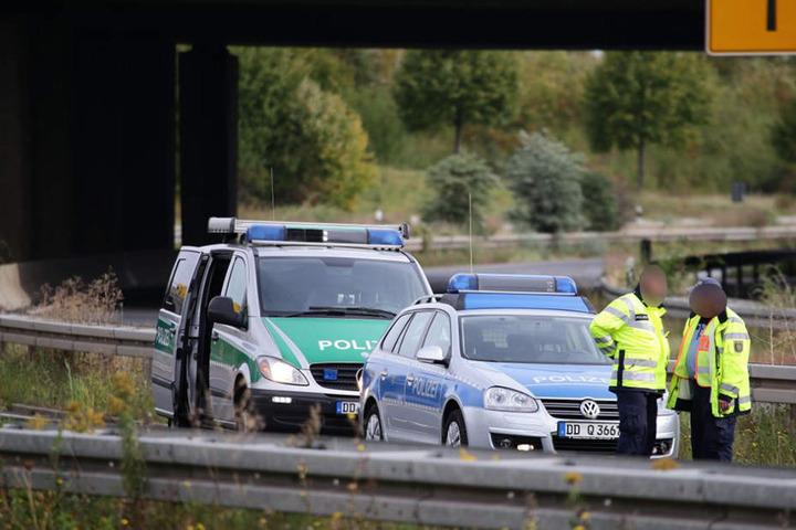 Zwei Polizeibeamte stehen an der Unglückstelle.