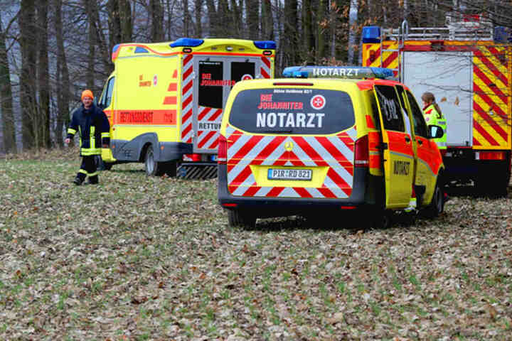 Sanitäter versorgten den Verletzten, bevor er mit einem Hubschrauber ins Krankenhaus gebracht wurde.
