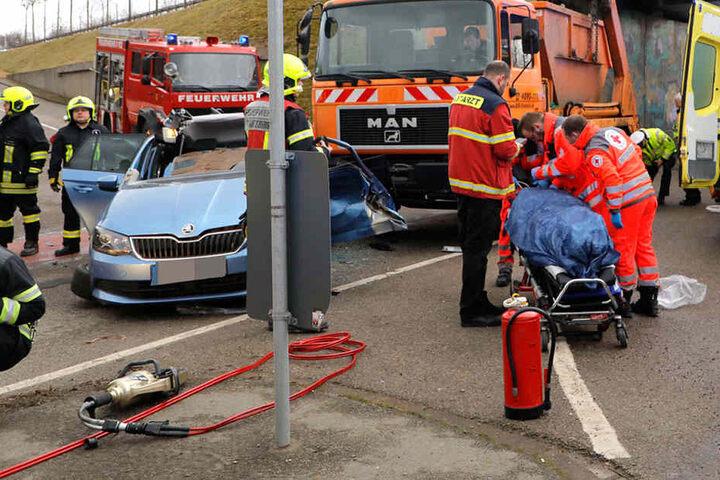 Die schwer verletzte Autofahrerin musste ins Krankenhaus.