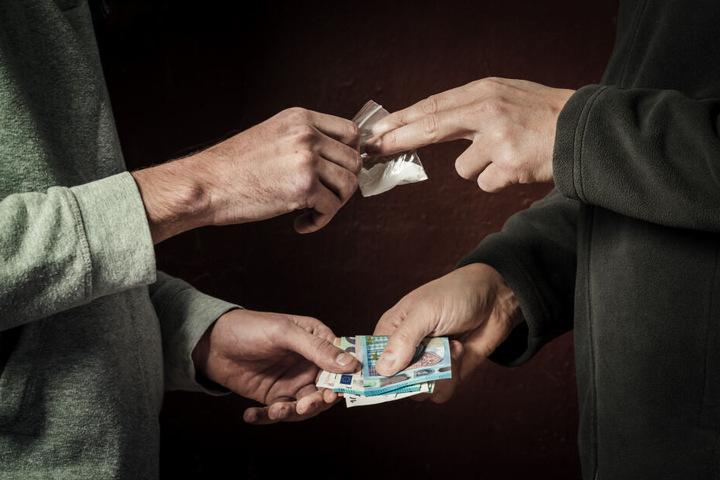 Drei der Angeklagten sollen Kokain verkauft haben. (Symbolbild)