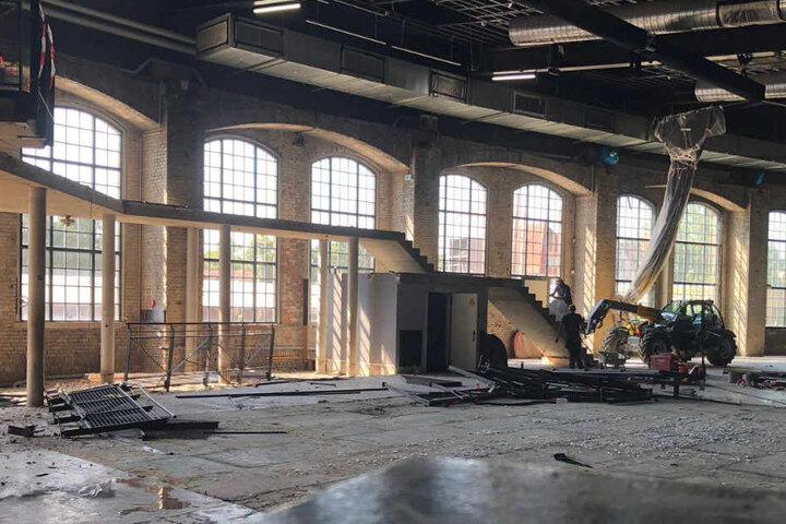 Mit schwerem Gerät wurde die Empore in der großen Halle abgerissen.