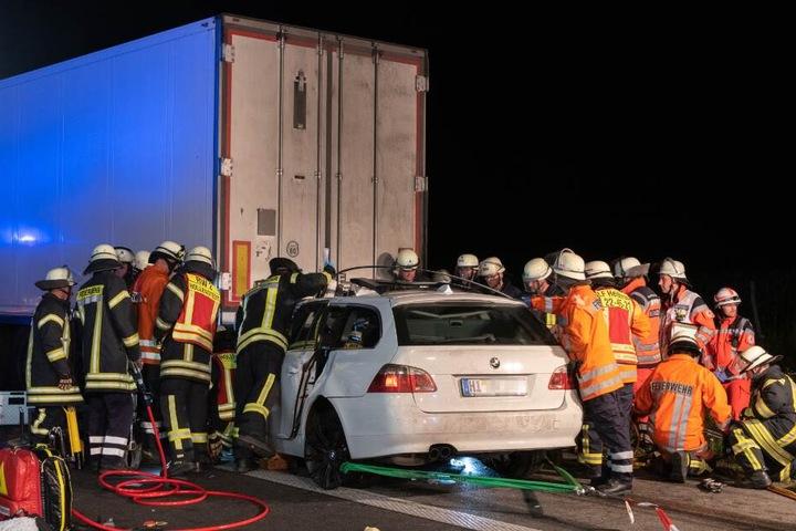 Zahlreiche Einsatzkräfte holten die schwer Verletzten aus dem BMW.