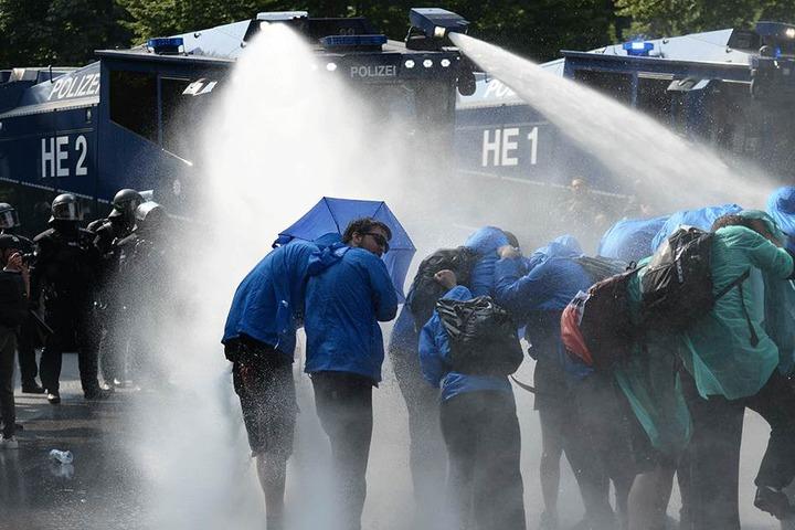 Die Polizei räumte eine Sitzblockade von Demonstranten im Schanzenviertel in Hamburg, u.a. auch mit Wasserwerfern.