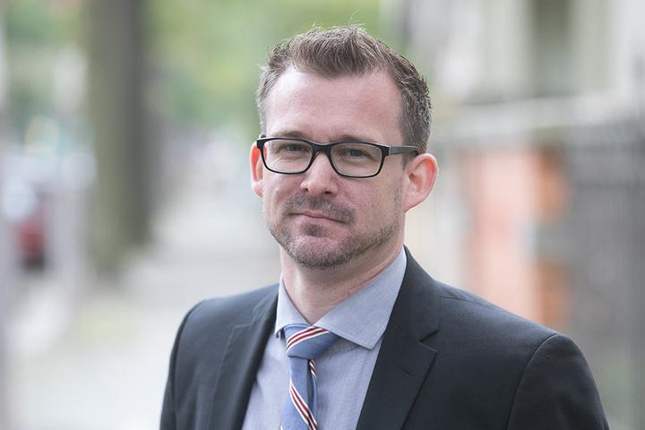 Baubürgermeister Raoul Schmidt-Lamontain (39, Grüne) freut sich über die  Investitionen der Firmen.
