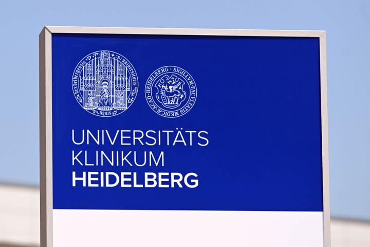 Ein Schild weist auf das Universitätsklinikum Heidelberg hin.