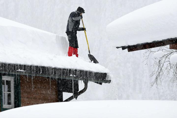 Die Schneelast kann etwa auf Dächern zu einem erheblichen Problem werden. (Symbolbild)