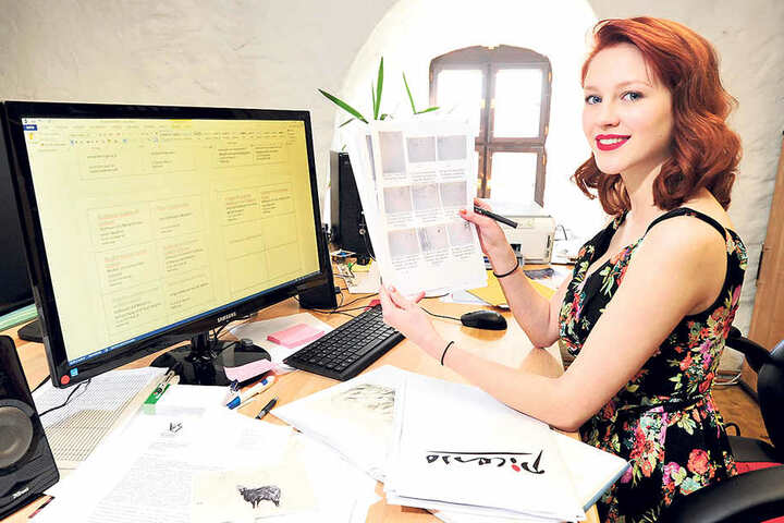 Celine Schneider (18) arbeitet im Malzhaus Plauen an der Beschriftung für die  Kunstwerke.