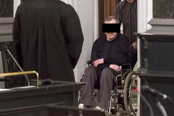 Im Rollstuhl wird der mutmaßliche Mörder Helmut S. (61) in den Gerichtssaal  geschoben.