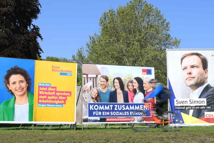 Das Foto zeigt die Plakate der Parteien vor der Wahl.