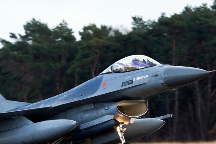 Ein belgisches F16 Kampfflugzeug (Symbolbild).
