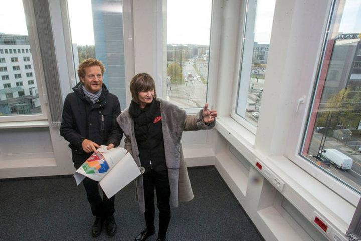 Über den Dächern der Stadt: OB Barbara Ludwig (55, SPD) und Baudezernent Michael Stötzer (44, Grüne) im neuen Büro des Baubürgermeisters.