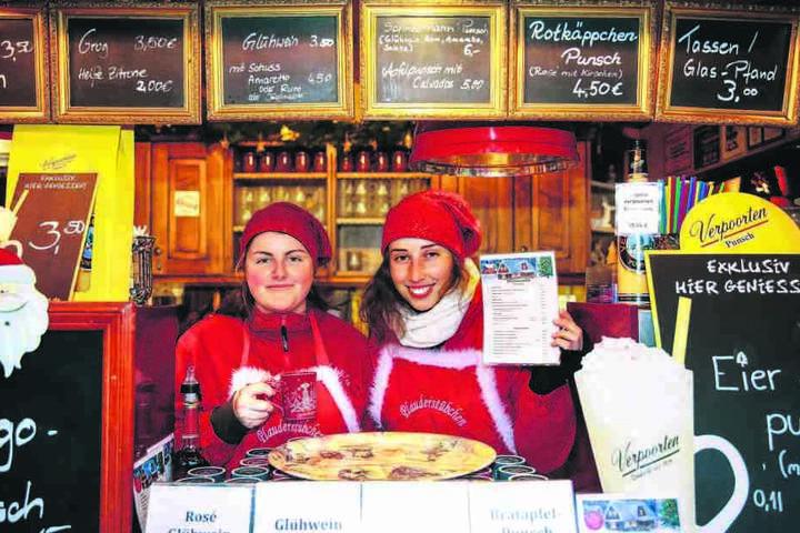 """Claudia (22, l.) und Lydia (22) vom """"Plauderstübchen"""" haben für die Gäste eine Getränkekarte in tschechischer Sprache im Angebot."""