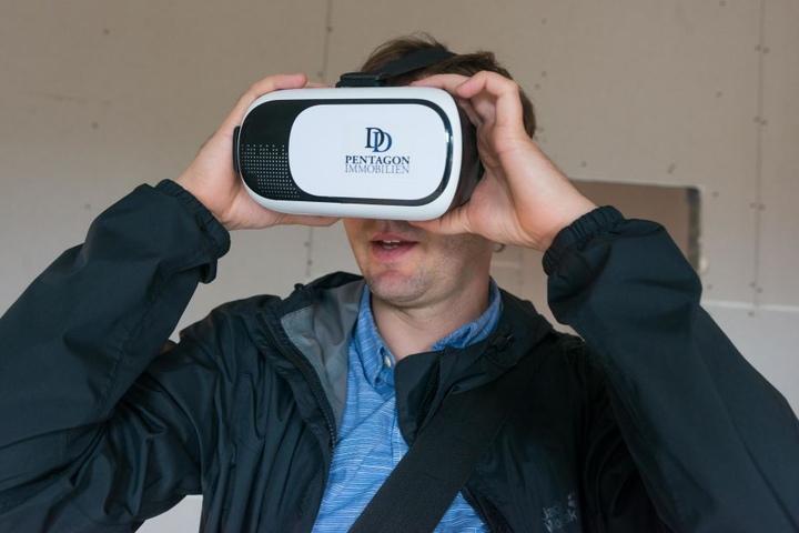 Bevor's mit der Besichtigung losgeht, setzt Morgenpost-Reporter Hermann Tydecks die Datenmaske auf.